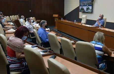 El Presidente cubano indicó mantener una observación temprana sobre la situación meteorológica que amenaza al país. Foto: Estudios Revolución.