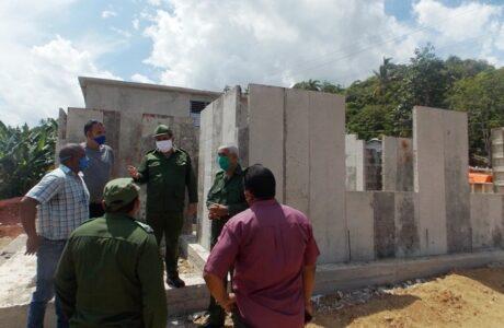 Construcción de viviendas biplantas en la loma del Paraíso en Baracoa