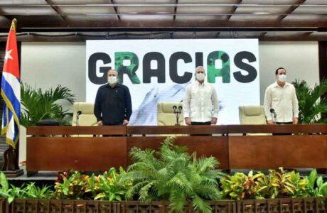 Recibe presidente de Cuba a colaboradores de la salud