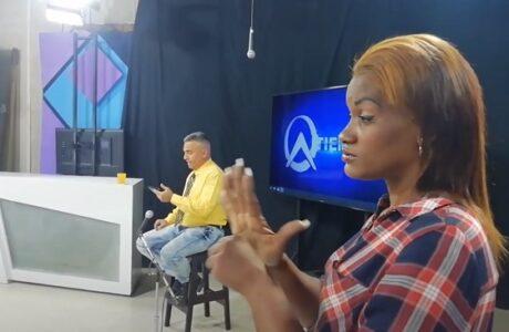 Intérprete de lenguaje de señas durante programa informativo de Solvisión, Guantánamo