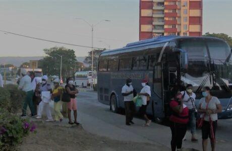 Transportistas guantanameros trasladan a los trabajadores del sector de la Salud en batalla contra la Covid-19