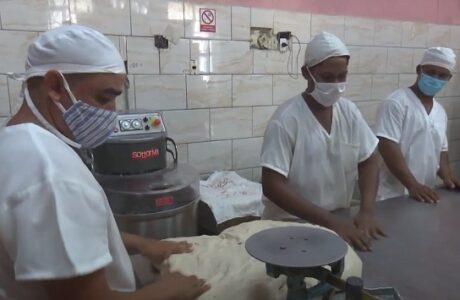 Buena acogida en Guantánamo a nueva elaboración del pan liberado