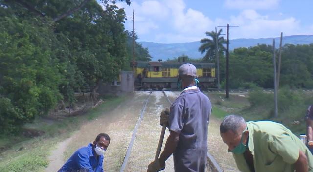 Avanza reparación de vías férreas en Guantánamo
