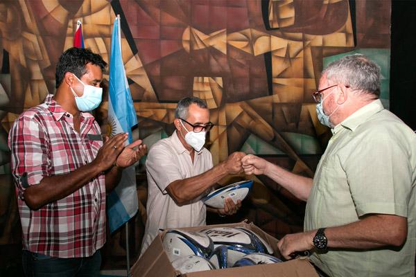 Argentina dona balones a rugby cubano