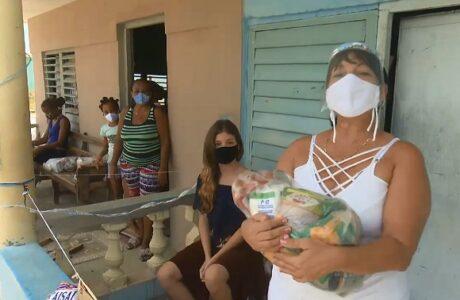 Pobladores de Caimanera reciben donativos de alimentos