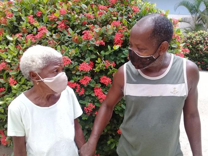 Guantanamero Marcial Cardona Rodríguez y su madre Marcela Rodríguez Fernández acuden al vacunatorio para recibir Abdala