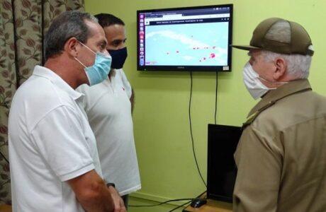 En visita al CENAIS, Ramiro Valdés indaga sobre sismos perceptibles en el oriente de Cuba