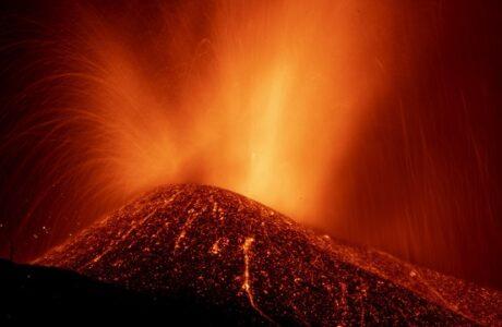 Un episodio explosivo sin precedentes del volcán de La Palma provoca el temor de que su cono se derrumbe