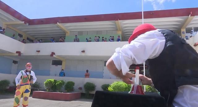 Los payasos Tintón y Torito alegran los niños positivos a la Covid-19 en centro de aislamiento en Guantánamo