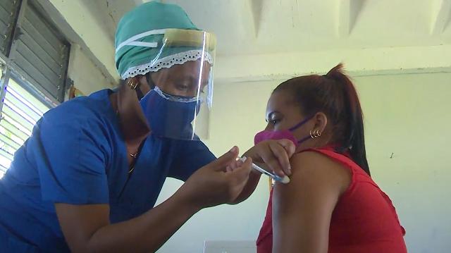 Docentes de San Antonio del Sur apoyan proceso de vacunación pediátrica