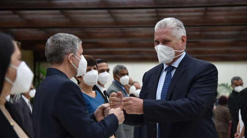 Condecoran a científicos cubanos con título de Héroe del Trabajo de la República