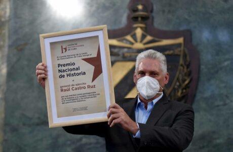 El General de Ejército Raúl Castro Ruz y Alberto Prieto Rozos recibieron el Premio Nacional de Historia