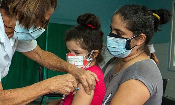 Establecen pago total del salario a padres que se ausenten por llevar a vacunar a sus hijos
