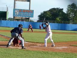 Equipo de beisbol de Guantánamo, con los bates ajustados