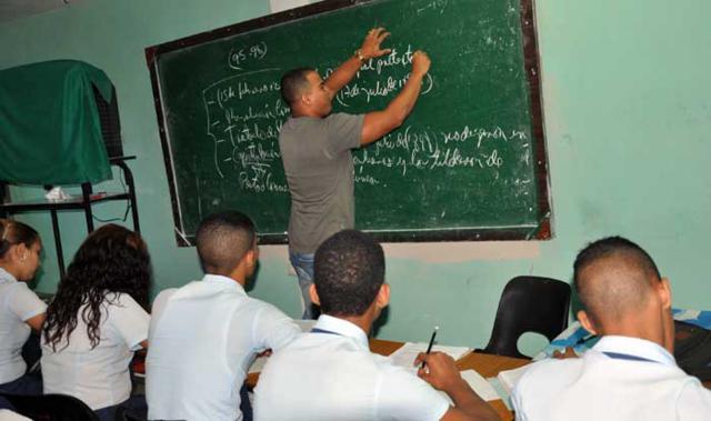 Más de 300 educadores guantanameros apoyan la docencia en otras provincias