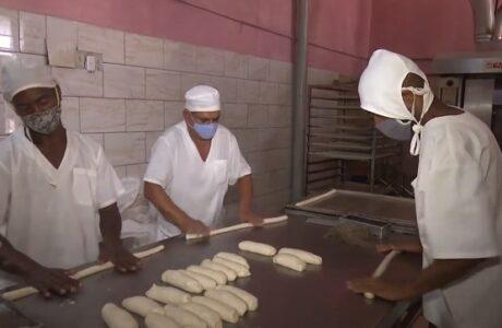Regulan venta de pan liberado en Guantánamo
